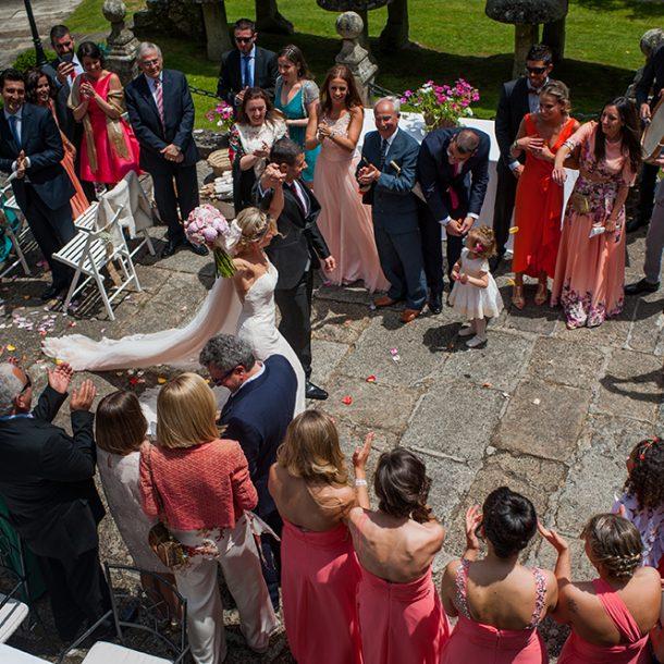 Salida triunfal de los novios despues de casarse en el Pazo de Vilaboa